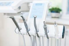 Diversos instrumentos y herramientas dentales en una oficina de los dentistas imagenes de archivo
