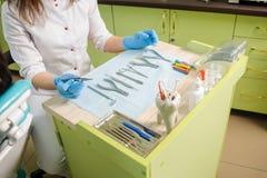 Diversos instrumentos y herramientas ortodónticos en un dentist& x27; oficina de s Foto de archivo