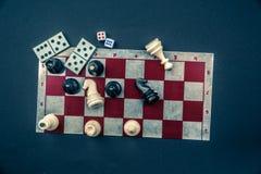 Diversos juegos de mesa y estatuillas sobre el tablero Fotografía de archivo