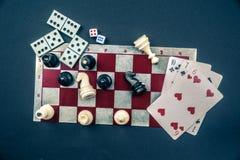 Diversos juegos de mesa y estatuillas sobre el tablero Imagen de archivo libre de regalías