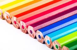 Diversos lápices coloreados en el fondo blanco Imagen de archivo libre de regalías