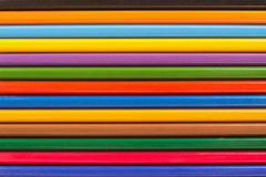 Diversos lápis coloridos de madeira em seguido para o fundo Fotos de Stock