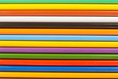 Diversos lápis coloridos de madeira em seguido para o fundo Fotografia de Stock