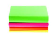 Diversos livros brilhantes coloridos no fundo branco Imagens de Stock Royalty Free