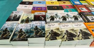 Diversos livros do credo do assassino indicados no suporte no livro de Eskisehir favoravelmente imagem de stock royalty free