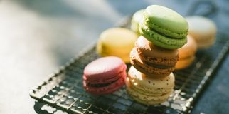 Diversos macarrones o pastelitos coloreados imagen de archivo