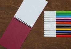 Diversos marcadores y cuaderno de los colores Fotografía de archivo libre de regalías