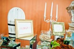 Diversos marcos de la decoración con la palmatoria y los espejos en casarse r foto de archivo libre de regalías