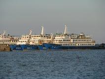 Diversos navios que ficaram no porto imagem de stock
