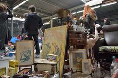 Diversos objetos retros en el mercado local del trapo Foto de archivo