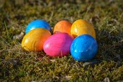 Diversos ovos da páscoa coloridos que encontram-se na grama Fotos de Stock Royalty Free