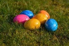 Diversos ovos da páscoa coloridos que encontram-se na grama Imagens de Stock Royalty Free