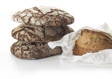 Diversos pães empilhados do artesão vistos em um fundo branco fotografia de stock