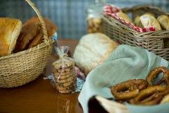 Diversos pan y galletas en contador Imagen de archivo