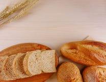 Diversos panes en endecha de madera del plano de la placa Fotografía de archivo libre de regalías