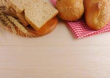 Diversos panes en endecha de madera del plano de la placa Fotos de archivo libres de regalías