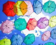 Diversos paraguas coloridos en el cielo Foto de archivo