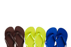 Diversos pares de flip-flops de borracha multi-coloridos exibidos na foto de stock royalty free