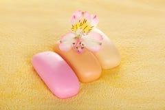 Diversos pedazos de jabón y de la flor Fotografía de archivo libre de regalías