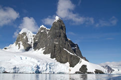 Diversos picos na ilha antártica em um ensolarado Fotografia de Stock