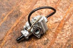 Diversos piezas y accesorios del coche, en el carburador del fondo del metal - imagen imagen de archivo