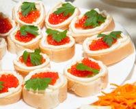 Diversos platos de la comida en las tablas Imagen de archivo