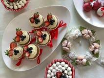 Diversos postres deliciosos dulces: tortas y tortas de la taza Fotos de archivo