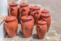 Diversos potenciômetros de argila no assoalho fora da cerâmica Imagens de Stock Royalty Free
