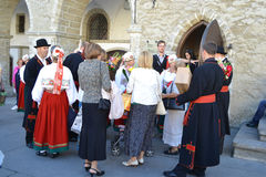 Diversos povos nos trajes nacionais estônios Foto de Stock Royalty Free
