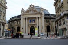 Diversos povos que andam através da rua ou da posição nos grupos, Forum des Halles, Paris, França, 2016 Fotografia de Stock