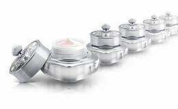 Diversos prateiam o frasco cosmético de luxe no branco Fotografia de Stock