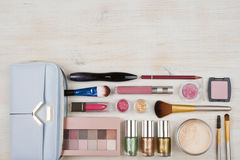 Diversos productos de los cosméticos del maquillaje en fondo de madera de la tabla con el copyspace imagen de archivo libre de regalías