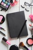 Diversos productos de maquillaje y cosméticos en la tabla de madera Fotos de archivo
