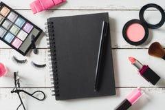 Diversos productos de maquillaje y cosméticos en la tabla de madera Fotos de archivo libres de regalías