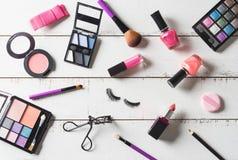 Diversos productos de maquillaje y cosméticos en la tabla de madera Imagen de archivo libre de regalías