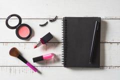 Diversos productos de maquillaje y cosméticos en la tabla de madera Imágenes de archivo libres de regalías