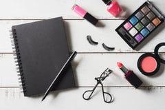 Diversos productos de maquillaje y cosméticos en la tabla de madera Fotografía de archivo