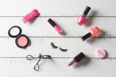 Diversos productos de maquillaje y cosméticos en la tabla de madera Fotografía de archivo libre de regalías