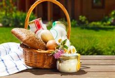 Diversos productos lácteos: queso, crema, leche, aceite fotos de archivo libres de regalías
