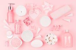 Diversos productos y accesorios cosméticos en rosa y color plata como modelo decorativo en el fondo rosa claro suave, visión supe fotografía de archivo