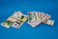 diversos punhados do dinheiro de moedas diferentes em um fundo azul fotografia de stock royalty free