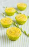 Diversos queques amarelos e palhas bebendo Fotografia de Stock Royalty Free