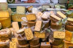 Diversos quesos en el mercado central de Valencia, España Imágenes de archivo libres de regalías