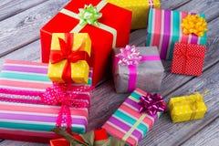 Diversos regalos coloridos el días de fiesta de los Años Nuevos Imagen de archivo libre de regalías