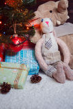 Diversos regalos de Navidad debajo del árbol iluminado Fotografía de archivo