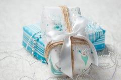 Diversos regalos de Navidad en hogar Imágenes de archivo libres de regalías