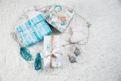Diversos regalos de Navidad en hogar Imagen de archivo libre de regalías