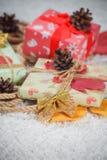 Diversos regalos de Navidad en hogar Imagenes de archivo