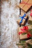 Diversos regalos del ` s del Año Nuevo envueltos en papel de embalaje Fotografía de archivo