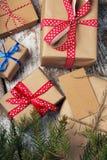 Diversos regalos del ` s del Año Nuevo envueltos en papel de embalaje Fotos de archivo libres de regalías